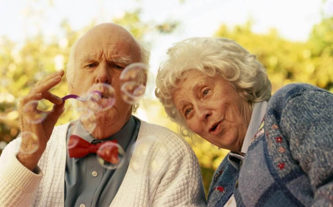 Anziani-con-bolle-di-sapone